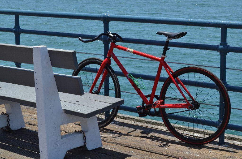 Cykel som lutar mot ett staket vid havet på den svenska vastkusten